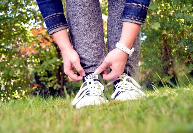 Outfit Jogginghose Jeansjacke Converse Schuhe