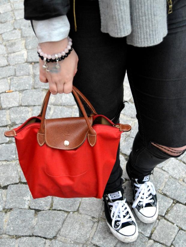 Outfit Lederjacke Pulli Chucks3