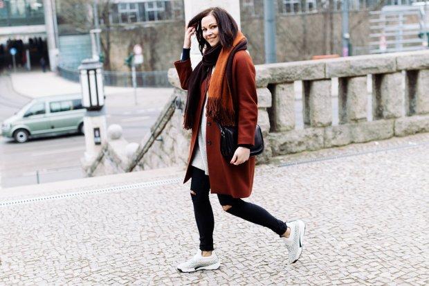 kleidermaedchen-modeblog-erfurt-berlin-fashion-blog-zara-mantel-urban-outfitters-jeans-pinko-shine-baby-shine-sneakers-maxwell-scott-bag-hm-pullover-essie-meet-me-at-sunset-zara-schal-8-1200x800