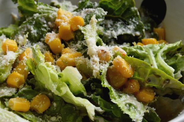 Salat mit Mais und Parmesan